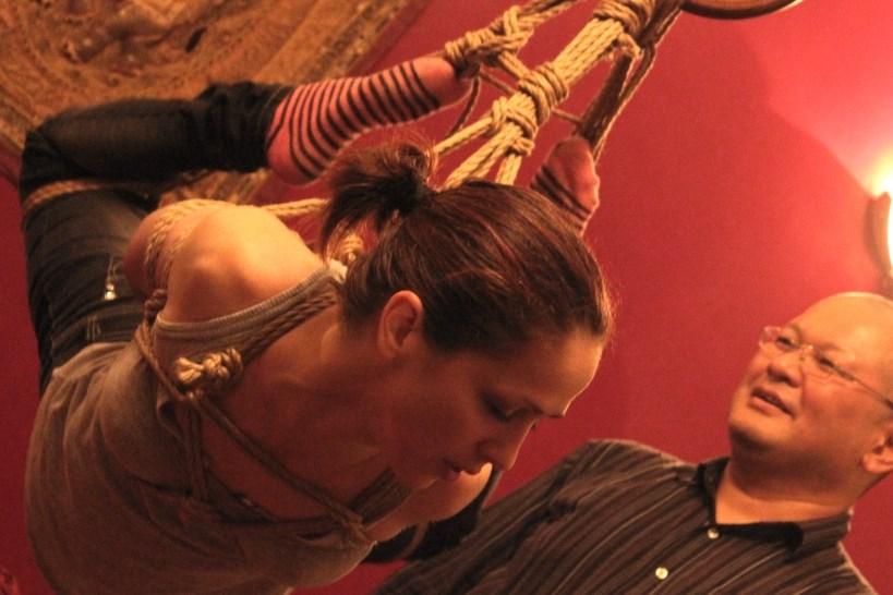 Nina gets some first-hand shibari tips from Kazami Ranki