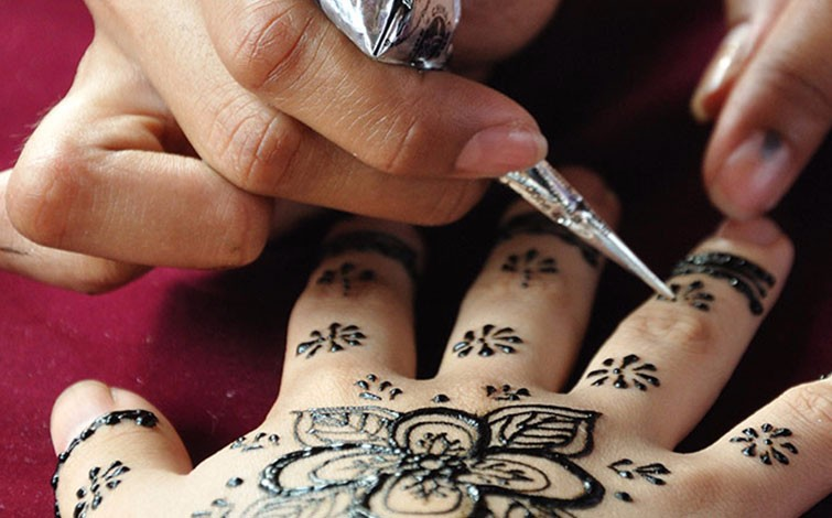 Mehndi Hands With Mobile : Mehndi designs 101 how to master the art of in just 4 hours